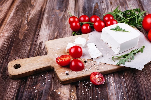 Comida fresca e saudável. delicioso jantar italiano. queijo fresco servido na tábua de madeira