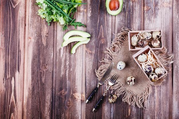 Comida fresca e saudável, proteína. ovos de codorna em caixa de madeira fica sobre a mesa rústica