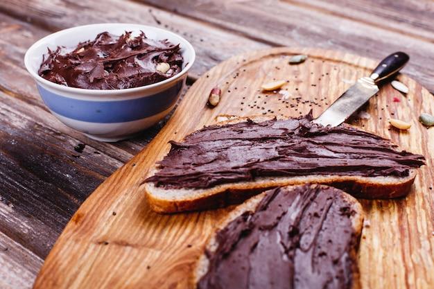 Comida fresca, saborosa e saudável. idéias de almoço ou café da manhã. pão com manteiga de chocolate