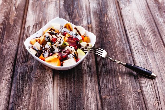 Comida fresca, saborosa e saudável. salada de fruta do dragão, uva, maçã e cereja