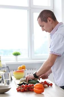 Comida. homem lindo na cozinha