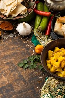 Comida indiana com alho e pimenta