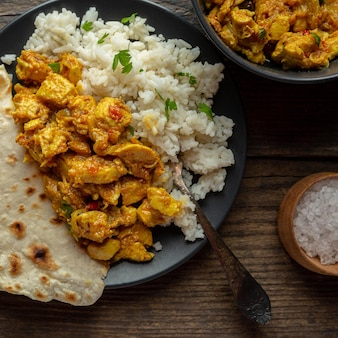 Comida indiana deliciosa acima da vista