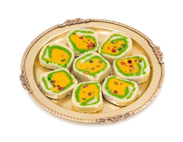 Comida indiana doce mawa peda em fundo branco