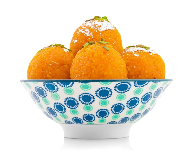 Comida indiana doce motichoor laddu ou bundi laddu em fundo branco
