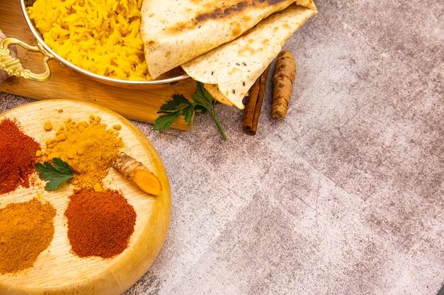 Comida indiana. especiarias: curry, açafrão, pimentão picante e suave em fundo de concreto