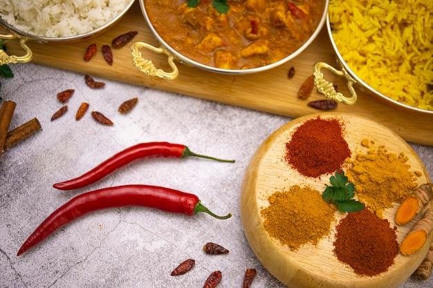 Comida indiana. frango com curry em molho de tomate com arroz branco e amarelo, especiarias: curry, açafrão, páprica quente e suave