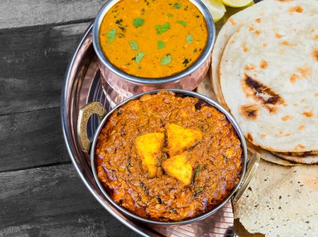 Comida indiana kadai paneer em thali