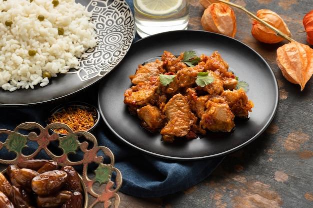 Comida indiana saborosa de alto ângulo