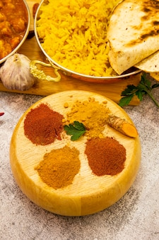 Comida indiana. temperos: curry, açafrão, pimentão picante e suave na superfície do concreto