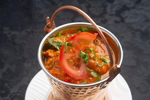 Comida indiana típica, cordeiro balti.