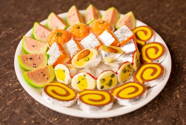 Comida indiana tradicional da mistura dos doces