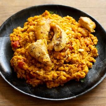 Comida indiana tradicional de close-up com frango