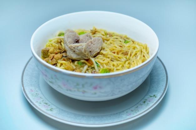 Comida indonésia macarrão mie ayam bakso com frango e servido com almôndegas