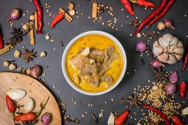 Comida indonésio de mutton curry ou mutton gulai com especiarias e fundo preto