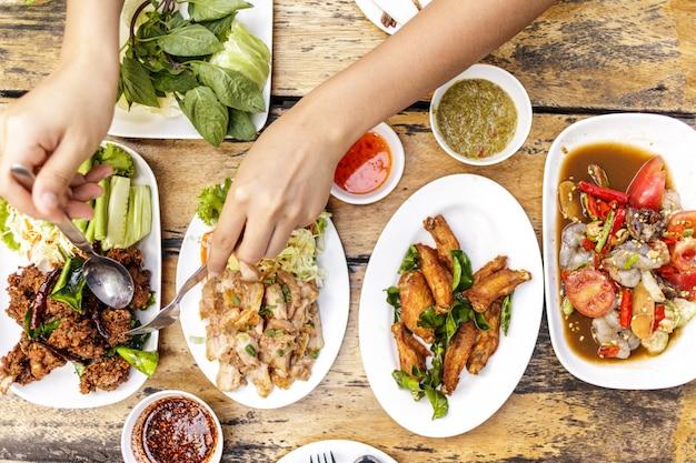 Comida isan local ou refeição tailandesa de comida nordestina.