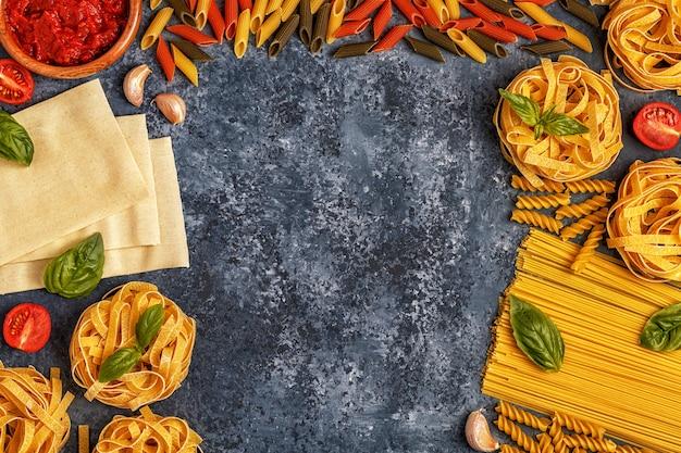 Comida italiana com macarrão, temperos e legumes.