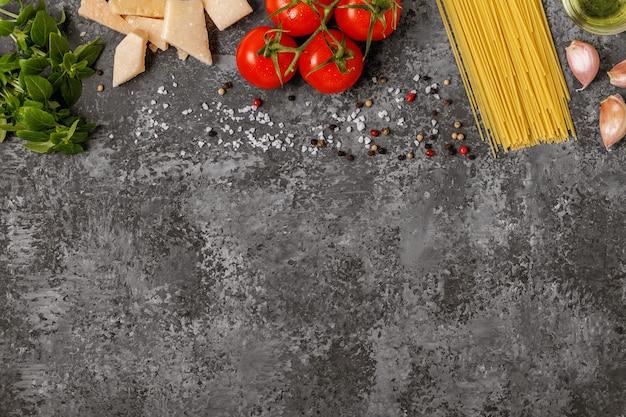 Comida italiana cozinhar tomate, manjericão, macarrão, azeite e queijo.