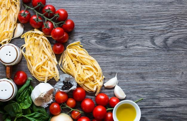 Comida italiana ingredientes para cozinhar macarrão de tomate