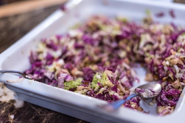 Comida italiana nacional. salada de repolho roxo e nozes