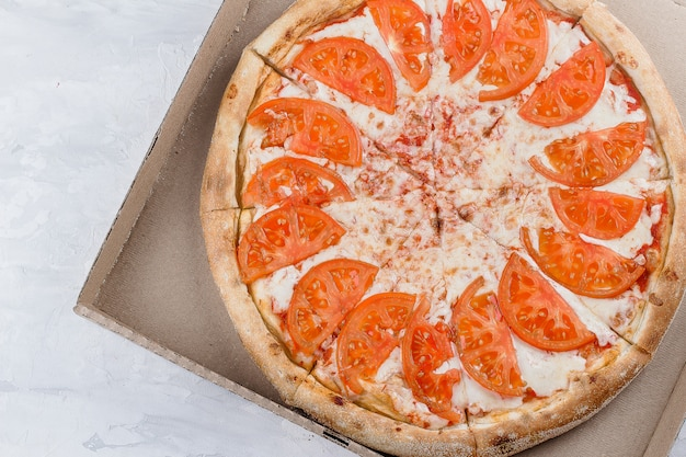Comida italiana. pizza margherita margarita com queijo, molho de tomate em caixa de papel