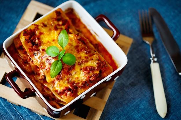 Comida italiana. placa de lasanha.