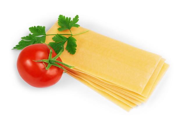 Comida italiana prato de lasanha saborosa quente servido com folha de manjericão fresco vista de perto