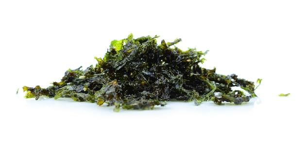 Comida japonesa alga seca nori ou alga comestível no branco