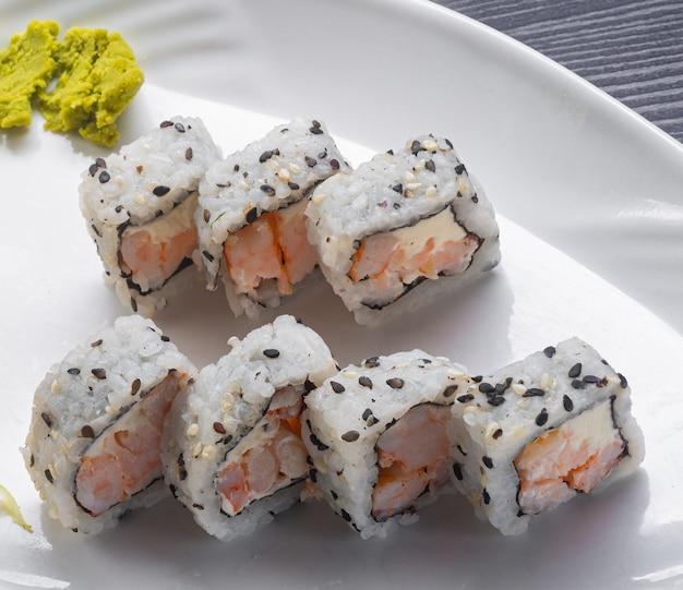 Comida japonesa, camarão uramaki da filadélfia.