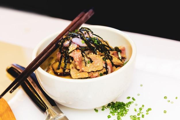 Comida japonesa, carne de porco picante com arroz estilo japonês, arroz de estilo japonês