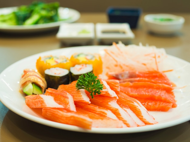 Comida japonesa colorida fresca no prato branco