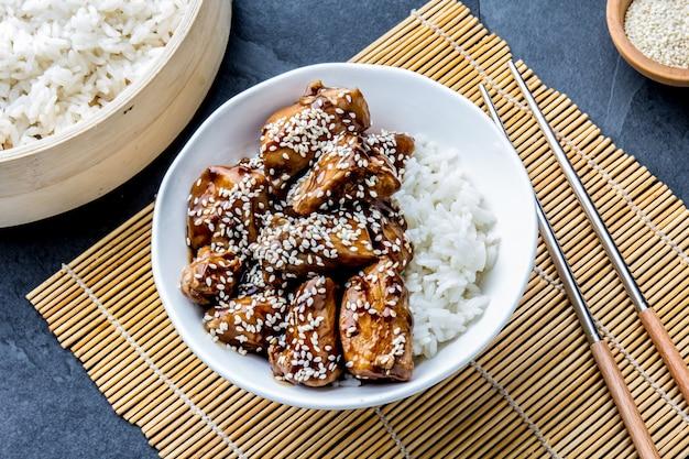 Comida japonesa com frango teriyaki e arroz