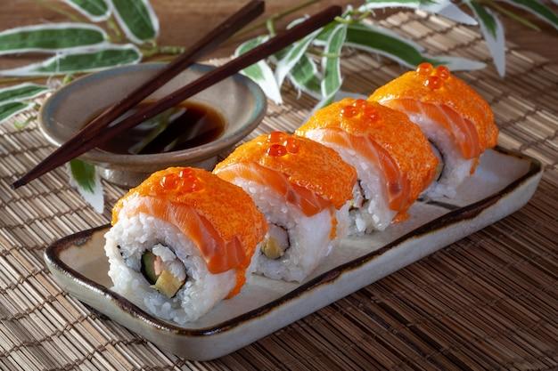 Comida japonesa com rolo de sushi de salmão