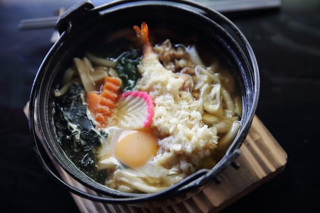 Comida japonesa de camarão tempura udon