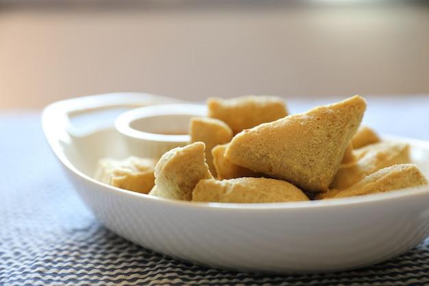 Comida japonesa de tofu frito