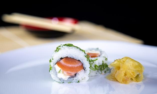 Comida japonesa delicioso sushi uramaki de salmão com arroz