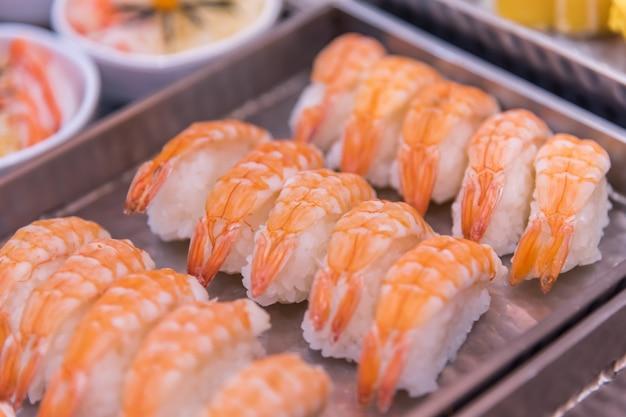 Comida japonesa em conjunto diferentes tipos de sushi