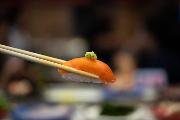 Comida japonesa em diferentes tipos de sushi