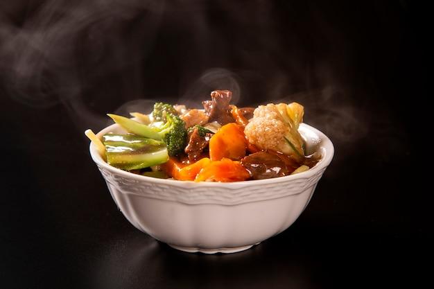 Comida japonesa encontro e vegetais com fumaça. yakisoba.