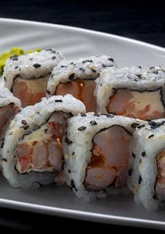 Comida japonesa. filadélfia de camarão uramaki.