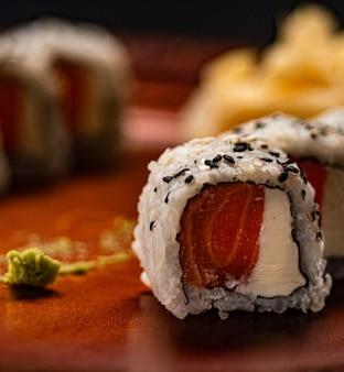 Comida japonesa. filadélfia de salmão uramaki em um prato com textura oriental.