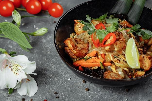 Comida japonesa: macarrão de vidro com frango e vegetais.