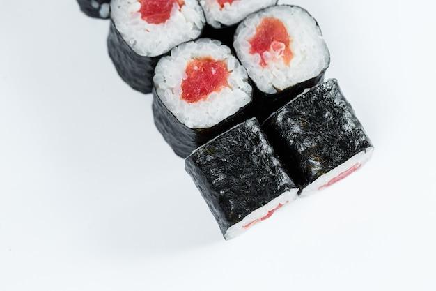 Comida japonesa. rolinhos com peixe vermelho, arroz fresco com enguia, embrulhado em nori.