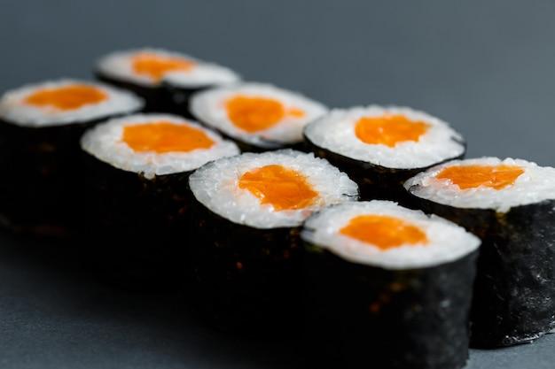Comida japonesa. rolinhos com peixe vermelho, arroz fresco com salmão embrulhado em nori.