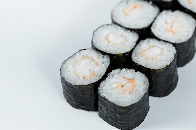 Comida japonesa. rolinhos de camarão, arroz fresco com camarão fresco em nori.