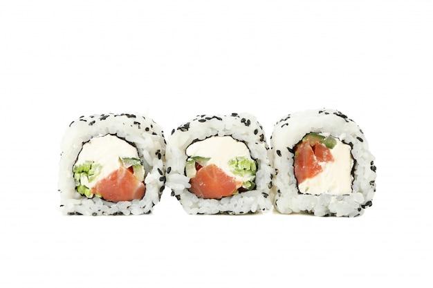 Comida japonesa rolos de sushi delicioso isolados na superfície branca