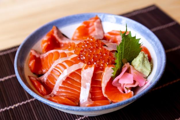 Comida japonesa salmão don