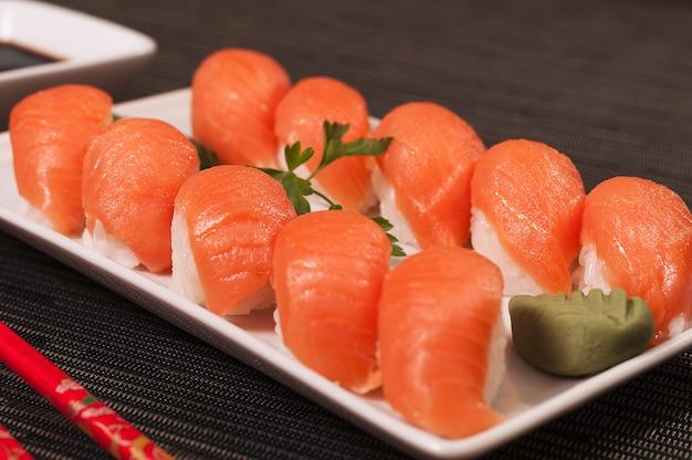 Comida japonesa sashimi de salmão fresco, sushi e arroz comida asiática, comida deliciosa e fresca, comida orgânica do mar