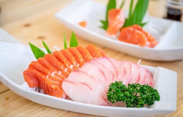 Comida japonesa, sashimi de salmão.
