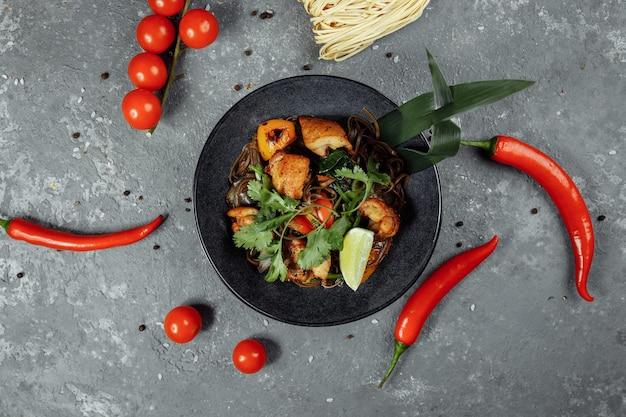 Comida japonesa: soba macarrão com frango e vegetais.